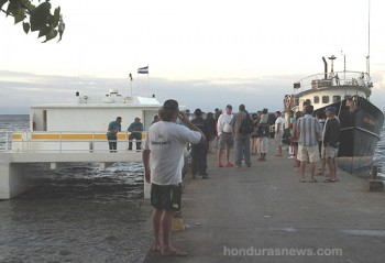 Honduran Police Check for suspected assassins of Captain Vern at Utila Municipal dock