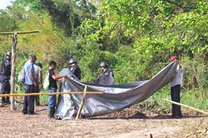 Honduran farmers disassemble
