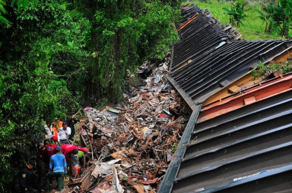 Hondurans Aboard Train Wreck The Beast in Mexico