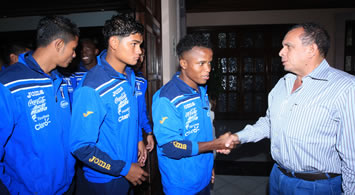 "President Lobo congratulates the U-17 ""La Selección"" national soccer team of Honduras for qualifying for the World Cup quarter finals."