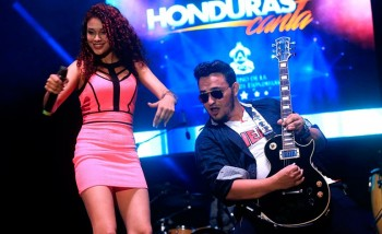 An image taken from La Tribuna showing just 2 of the musicians who went to the area and performed. The source is: http://www.latribuna.hn/2015/10/18/lluvia-de-talento-en-honduras-canta/