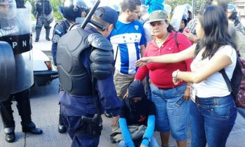Students announcing they'll be leaving at 11, peacefully. Photo credit: La Prensa http://www.laprensa.hn/honduras/897428-410/desalojan-a-estudiantes-frente-a-la-unah-en-tegucigalpa